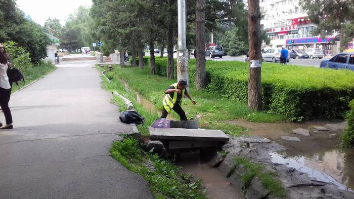 «Бишкекзеленхоз» о воде люка, которая подтопила тротуар на ул.Байтик Баатыра: Сотрудники провели арычный полив (фото)