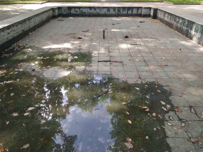Фото — В Дубовом парке фонтан остался без внимания, скамейки демонтированы, урны сломаны