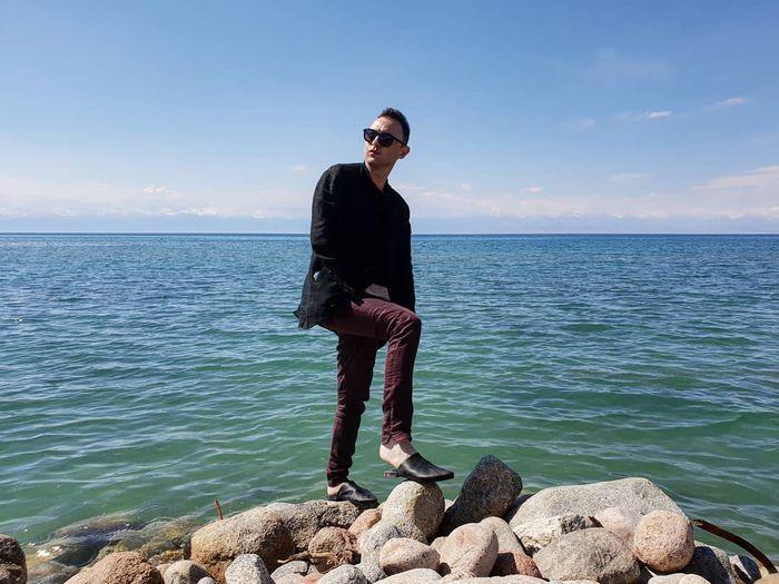 Фото — Солист группы «Звери» Рома Зверь отдыхает на Иссык-Куле
