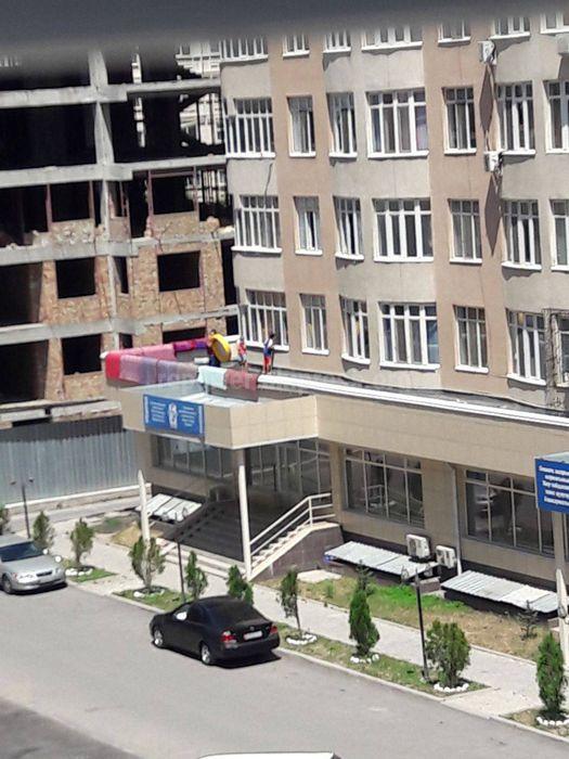 Жители микрорайона Тунгуч установили надувной бассейн на балконе