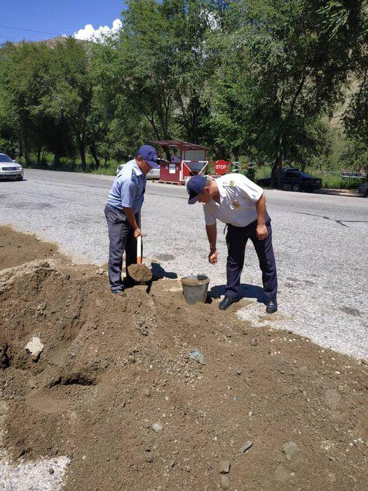 В Жалал-Абаде инспекторы УОБДД сами ремонтируют дорогу, - читатель <i>(фото)</i>