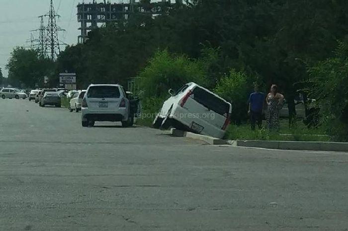 На Юнусалиева-Медерова машина упала в арык <i>(фото)</i>