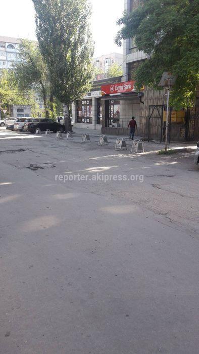 Ограждение на территории парковки на Тыныстанова-Горького демонтировано добровольно