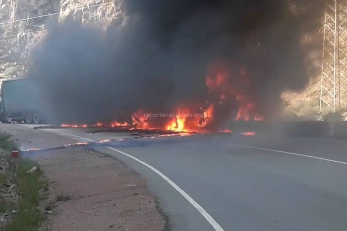 Видео — Как сгорела фура на автодороге Бишкек—Нарын—Торугарт