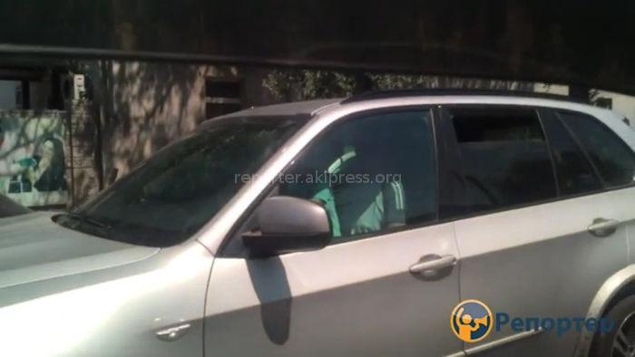 Видео — Мужчина вел машину, посадив перед собой ребенка