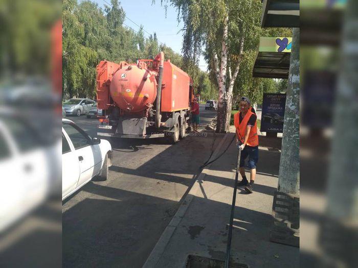 Фото — Городские службы устранили затопление тротуара на ул.Абдрахманова