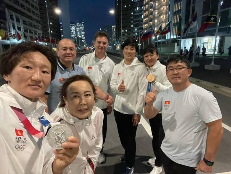 Болельщик просит показать письмо от японцев, которые не разрешили личным тренерам спортсменов ехать на Игры в Токио