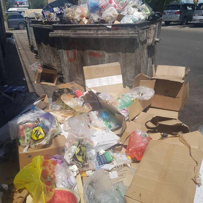 На улице Суюмбаева мусор не помещается в контейнеры, - жительница