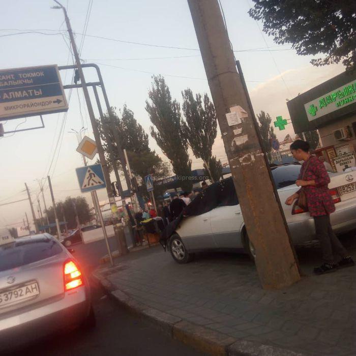 На Жибек Жолу—Курманжан Датки машину припарковали на тротуаре