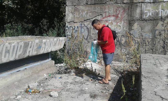 Территория за домом по бульвару Молодой Гвардии очищена от мусора (фото)