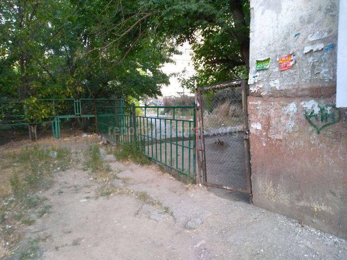 Ограждение с замком возле дома №24 в Востоке-5 установили сами жители, - мэрия Бишкека