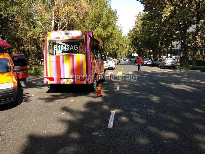 Автолавка на Эркиндик-Чокморова закрывает обзор дороги для пешеходов (фото)