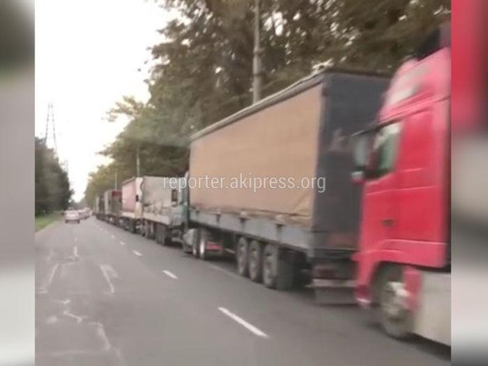 На проспекте Шабдан Баатыра одну полосу движения занимают грузовики (видео)