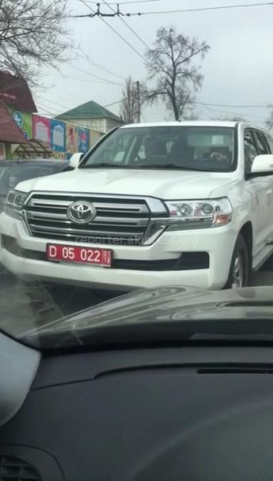 Автомашина посольства Германии в Кыргызстане из-за нарушения ПДД создала помехи на перекрестке Горького-Панфилова <i>(видео)</i>