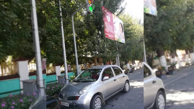 Ош шаарынын борборунда автоунаа жол чырактын астына токтотулуп турат (видео)