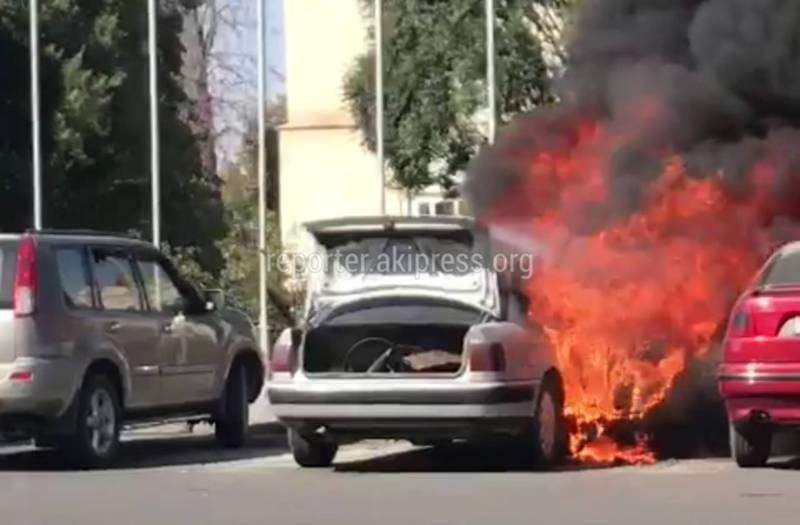 Видео — На площади Ала-Тоо сгорела машина
