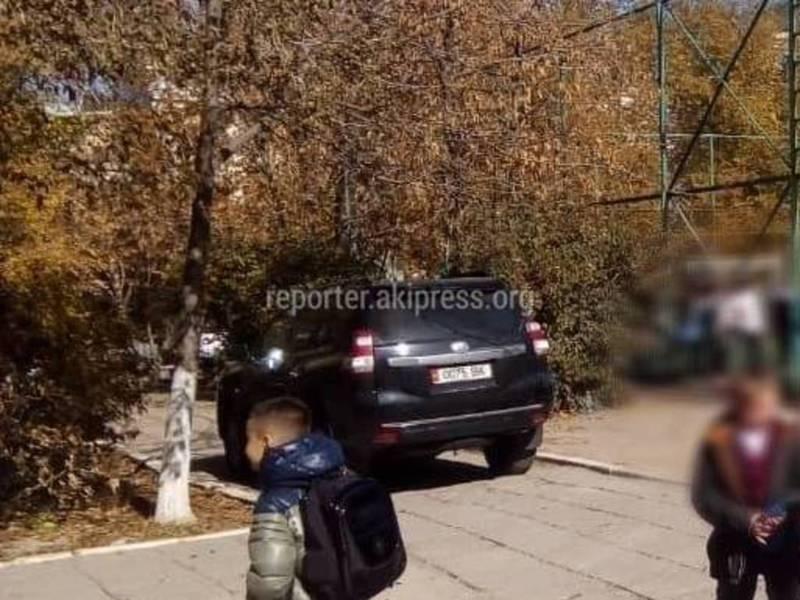 Машину припарковали на тротуаре возле столичной школы №27 (фото)
