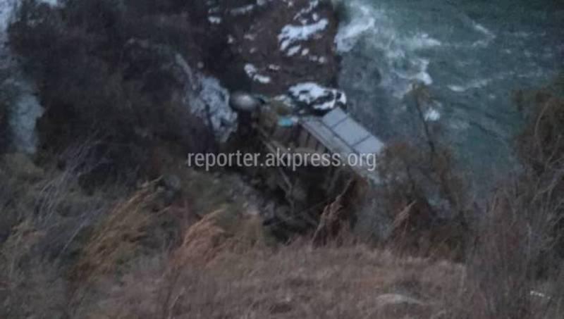 В Чон-Кемине грузовик упал в реку. Два человека погибли (фото)
