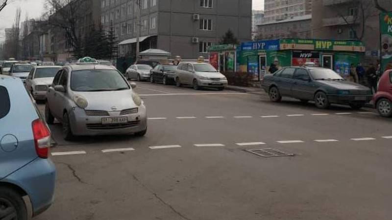 Когда обратят внимание на таксистов, которые паркуются на пешеходном переходе ул.Боконбаева?