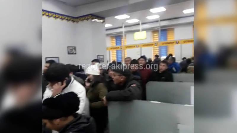 Посетитель жалуется на очереди в офисе «Серверэлектро» (видео)