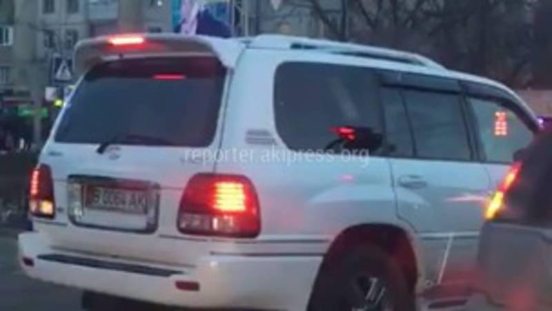 В Бишкеке на пересечении Юнусалиева-Суеркулова «Лексус» выехал на встречную полосу (видео)