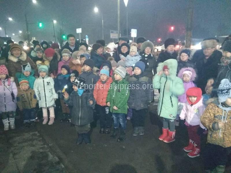 «Дед Мороз и Снегурочка сбежали, а подарки раздали чужим детям». Житель Бишкека жалуется на новогоднее представление (видео)