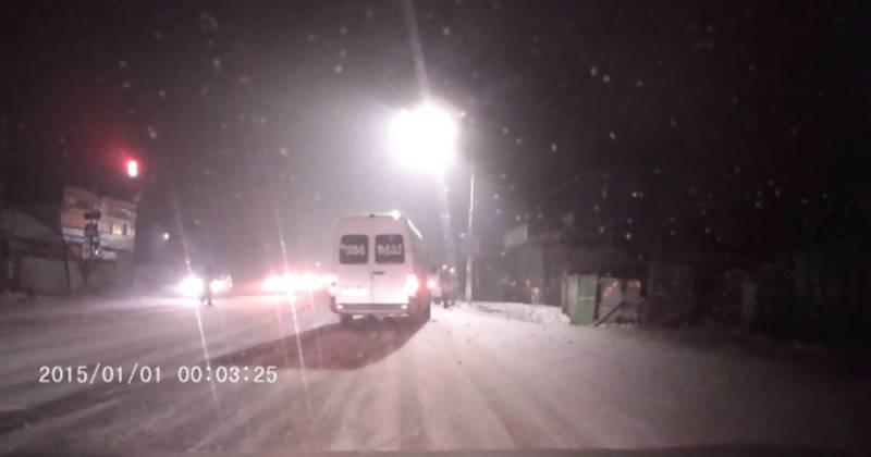 Видео — Алма-Атинская - Чугуева водитель маршрутки №135 проехал на красный свет