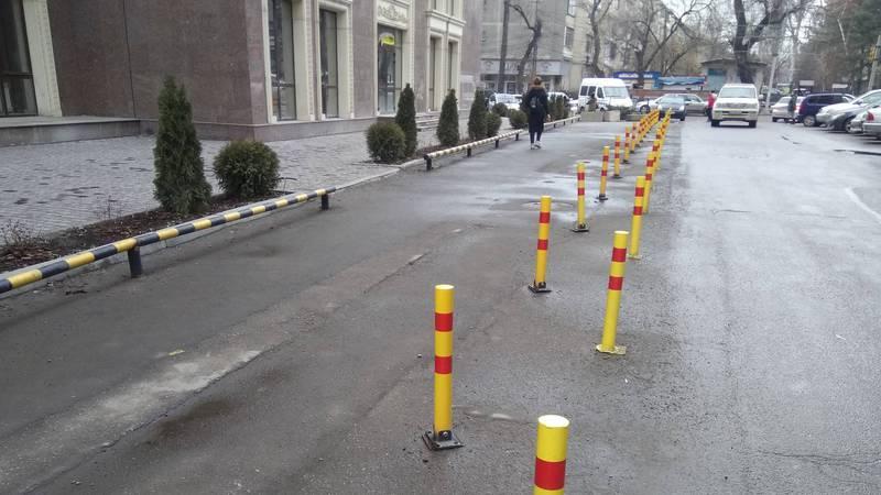 На Киевская - Гоголя законно ли установлены столбы на проезжей части дороги, - бишкекчанин (фото)