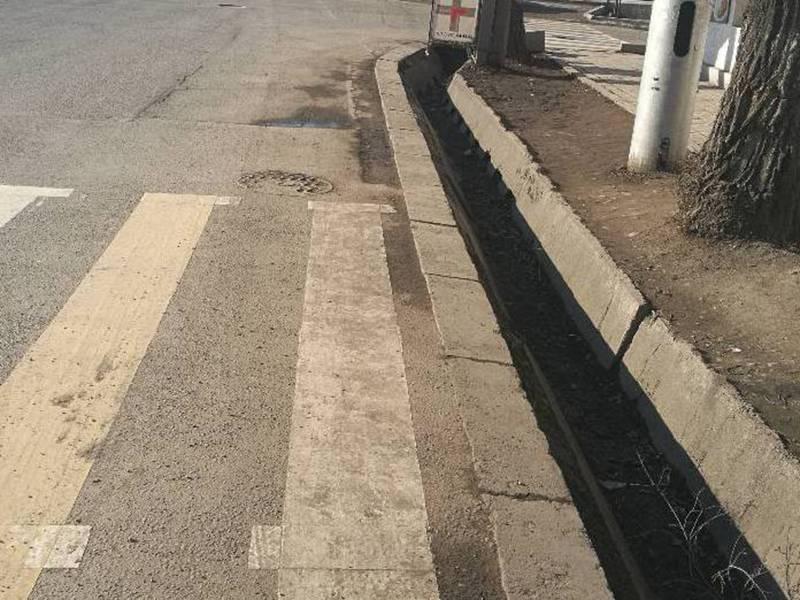 На Жибек-Жолу - Ибраимова пешеходная дорожка упирается в арык, - бишкекчанин (фото)