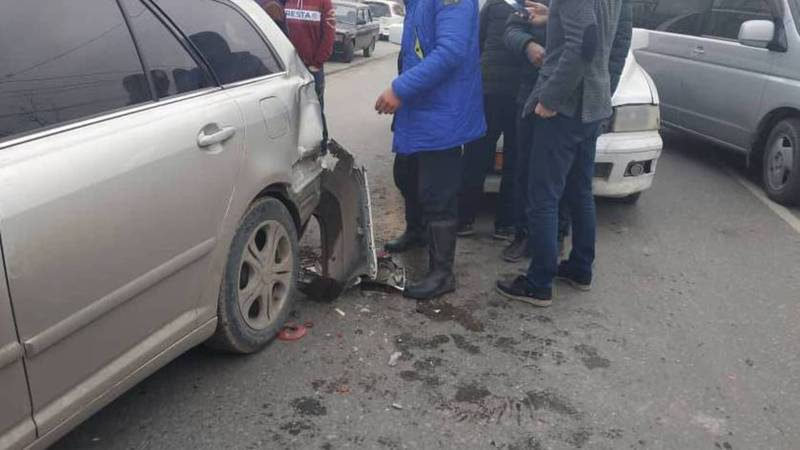 Видео – В Бишкеке на Бакаева - Алтымышева столкнулись три автомобиля