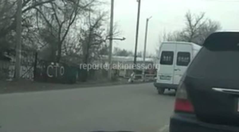В Бишкеке на ул.Некрасова водитель маршрутки выехал на встречную полосу, - читатель (видео)
