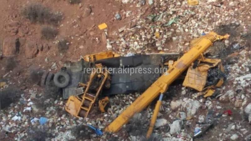 В Жалал-Абаде автокран упал в овраг (фото, видео)