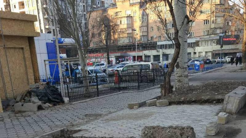 Законно ли на Токтогула-Исанова строят павильон и переделали газон под парковку, - бишкекчанин (фото)