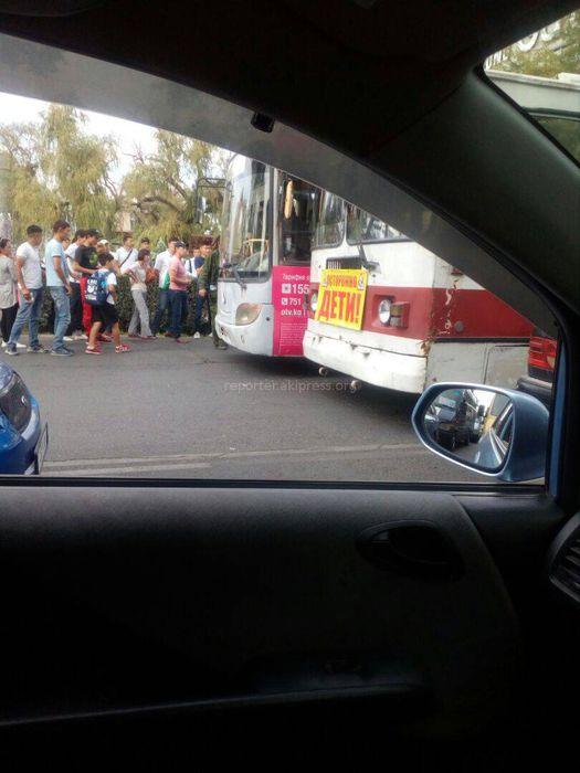 Троллейбус зажал автобус на остановке у ЦУМа <i>(фото)</i>