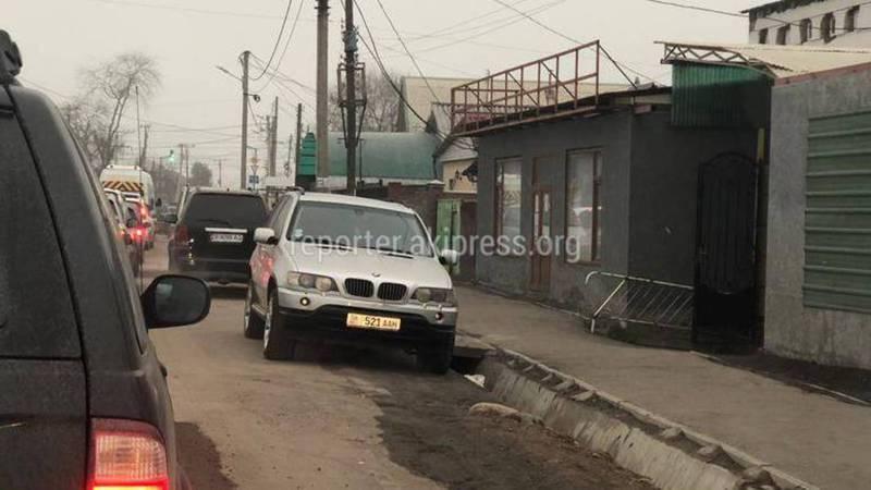 В Бишкеке на Курманжан Датка-Фрунзе водители паркуются против направления движения (фото)
