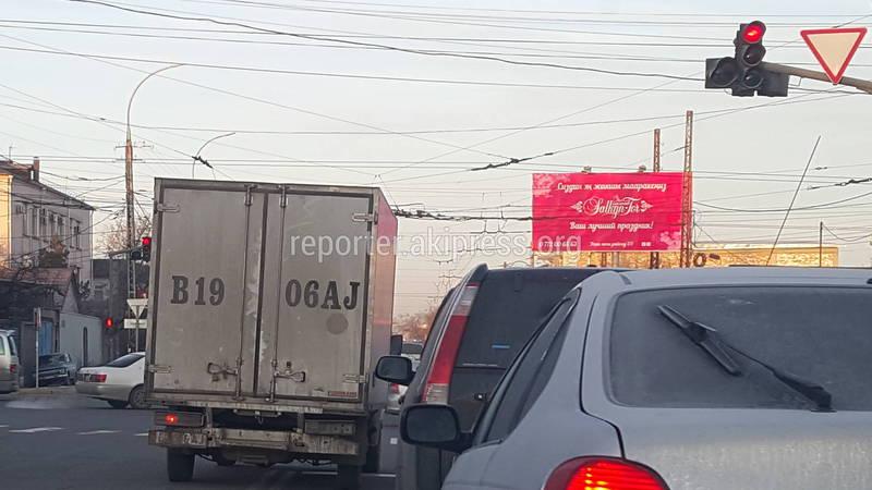 В Бишкеке на Ахунбаева-Юнусалиева водитель грузовика объехал поток по встречной полосе, - очевидец (фото)