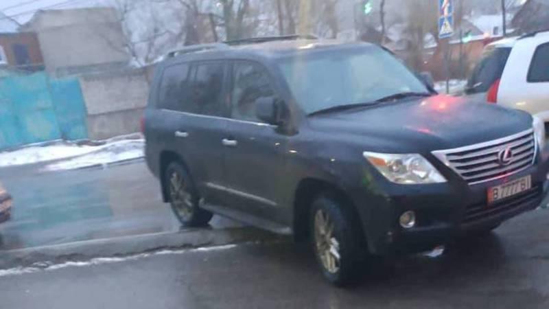 В Бишкеке на Садырбаева-Семетей водитель «Лексуса» припарковался на тротуаре (фото)