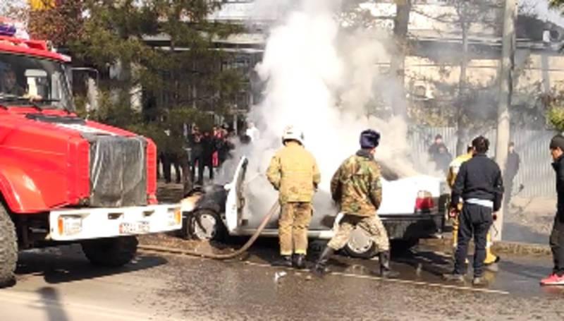 На Жибек Жолу - Манаса загорелся автомобиль, на месте работают пожарные (видео)