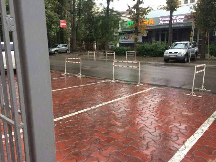 На ул.Раззакова в Бишкеке невозможно припарковаться из-за частных парковок, - читатель (фото)