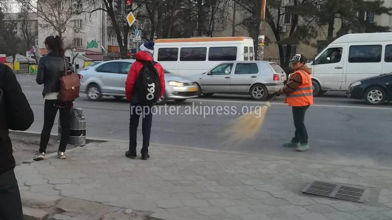 Житель столицы интересуется, почему дворники метут утром в час пик? (фото)