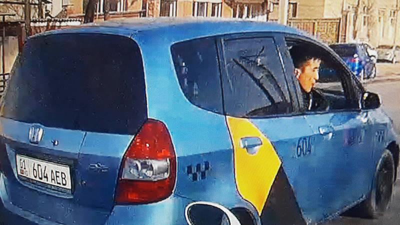 Таксист плевался из окна и показал средний палец (фото)