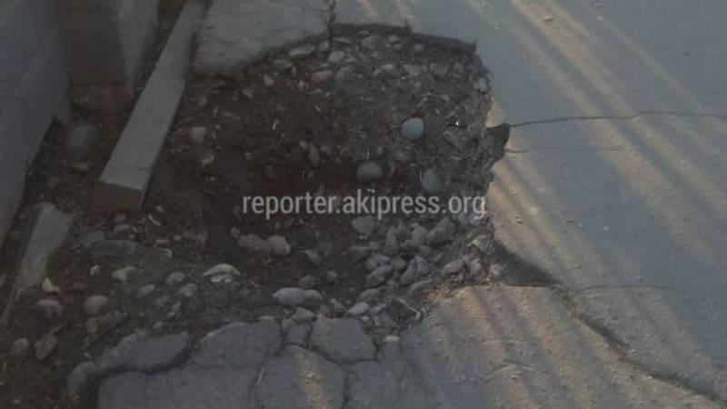 На ул.Фрунзе большая яма на тротуаре, - бишкекчанин (фото)