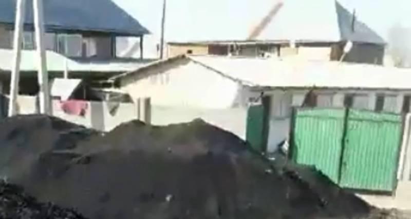 В жилмассиве Ак-Бата вдоль объездной трассы продают уголь, пыль от которого попадает в дома (видео)