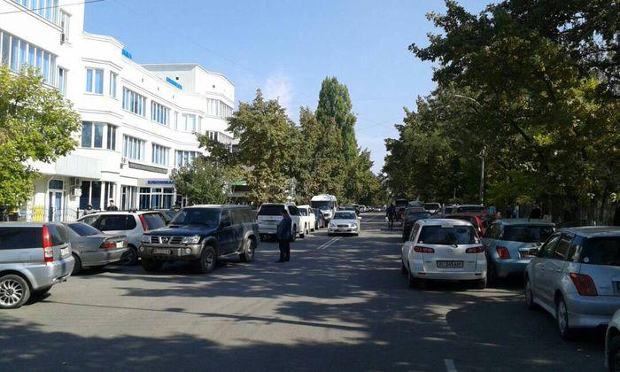 Читатель предлагает организовать парковку возле мечети на ул.Суеркулова в Бишкеке
