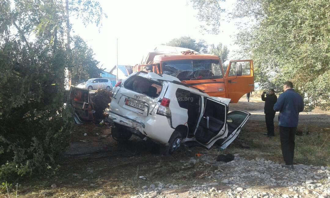 Фото с места ДТП, в котором погибли вице-премьер Т.Джумакадыров, его помощник и водитель