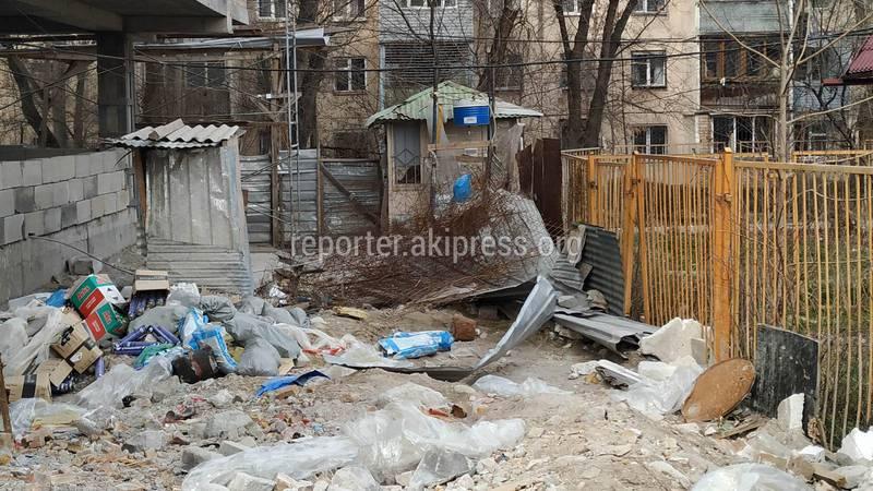 В 8 микрорайоне на стройке дома №9/2 забросали проезд мусором, - бишкекчанин (фото)