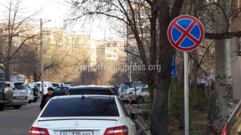 В Бишкеке на Горького-Тыныстанова водители паркуются в зоне действия знака «Остановка запрещена» (фото)