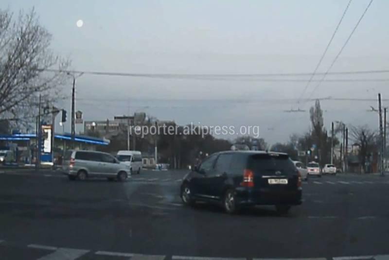 В Бишкеке на Жибек-Жолу-Ибраимова водитель «Тойоты» дважды нарушил ПДД (видео)