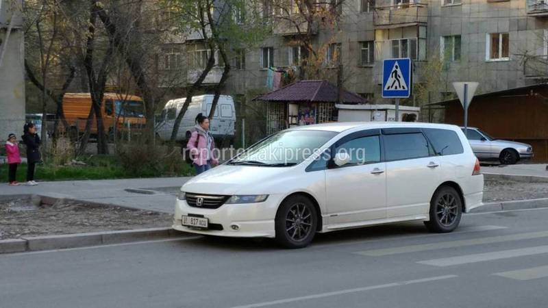 В Бишкеке на К.Акиева-Сыдыкова водитель «Хонды» припарковался на «зебре», - очевидец (фото)