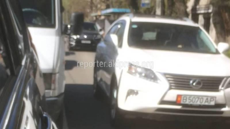 В Бишкеке на ул.Московской три джипа выехали на встречную полосу, - очевидец (видео)